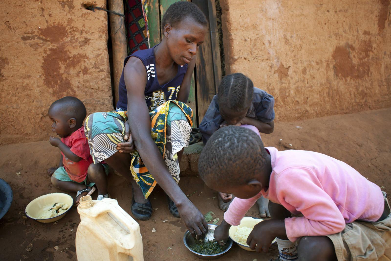 生活在贊比亞的芭芭拉,為灌溉農作物每天要步行四小時來取水,可惜辛苦工作仍未能賺取足夠收入令兒子入學。 (Abbie Trayler-Smith/樂施會)