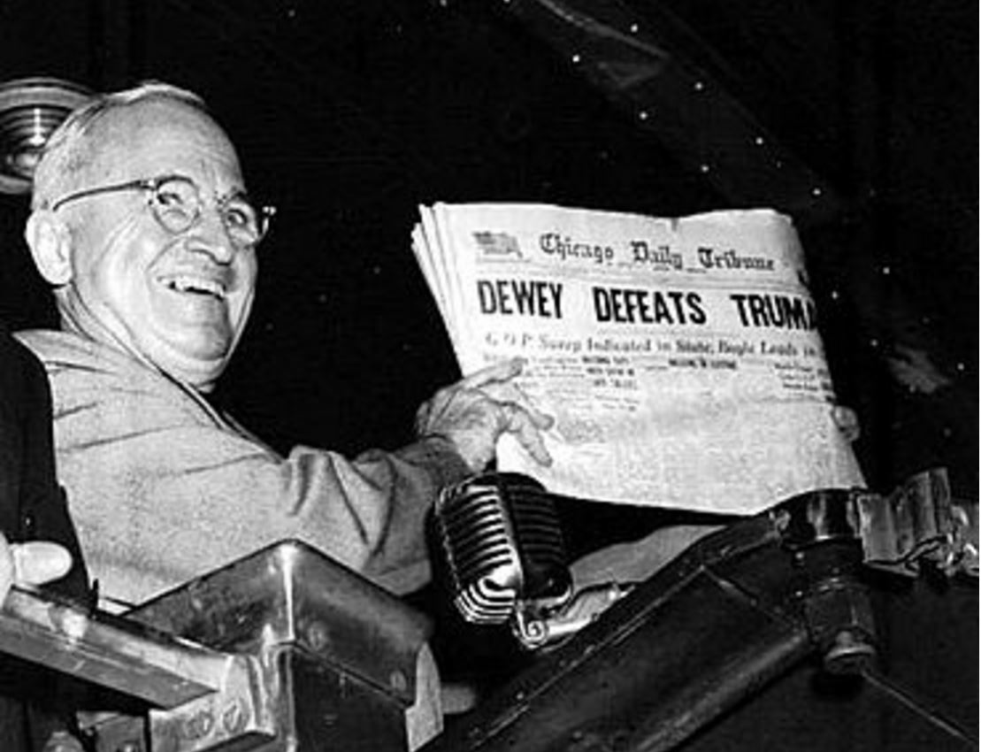杜魯門勝選後,手執一份芝加哥論壇報,對其頭版不實報道表示「跟我聽到的不一樣。」 圖片來源:維基百科