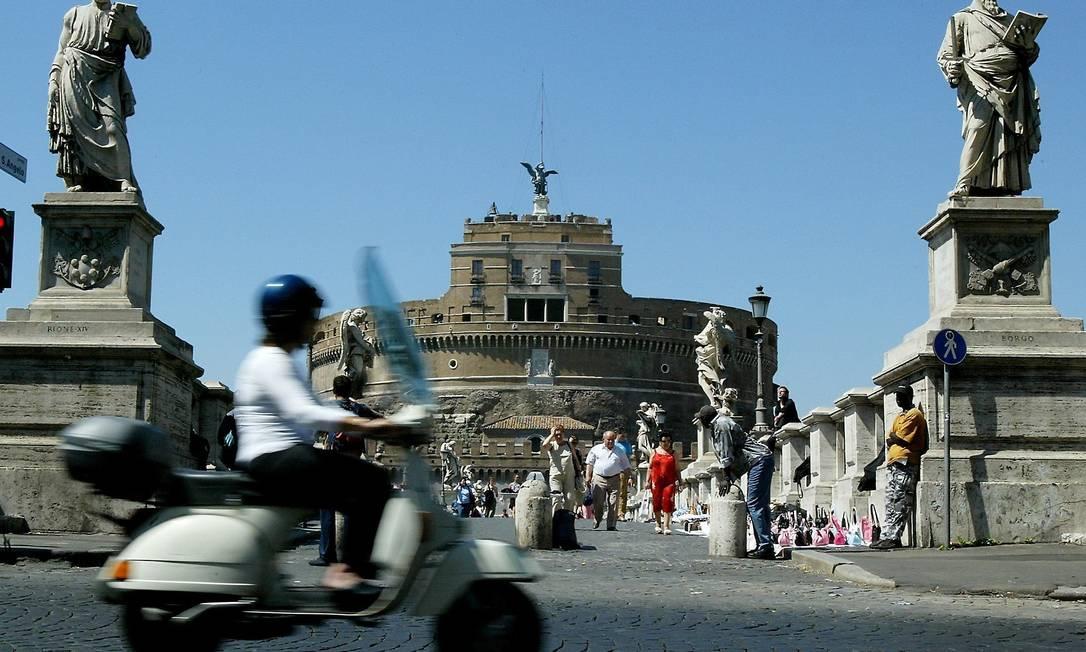 羅馬名勝聖天使城堡前,不時可見售賣冒牌手袋的攤檔。部份居民認為此舉相當煞風景。圖片來源:路透社