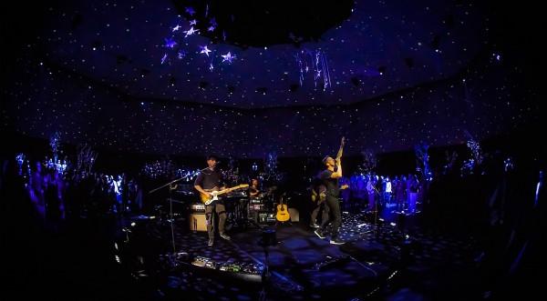 Coldplay 的 VR 演唱會,觀眾可以站在舞台上睇表演。 圖片來源:NextVR