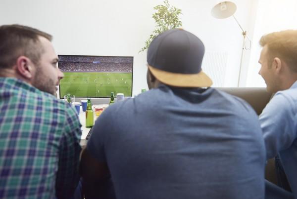 研究人員相信,年輕愛踢足球,長大後少轉玩其他運動,而是由參與者變成觀賽者,長遠對健康影響有限。