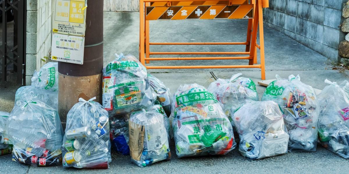 日本人須把處理好的垃圾分類放到家門口等待回收。