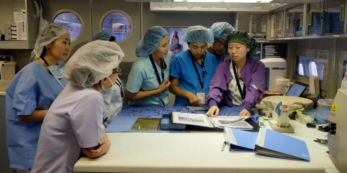 在 2014 年眼科飛機醫院的蒙古救盲項目,劉小英(右)與當地護士分享護理知識。