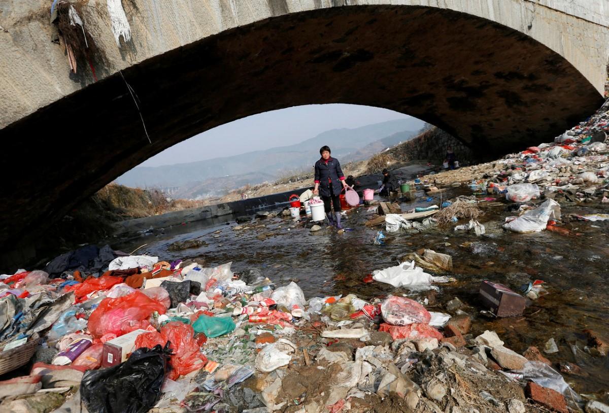 安徽省的岳西縣,村民都在這條河中洗衣。這裡是誰的家,誰的國? 圖片來源:路透社