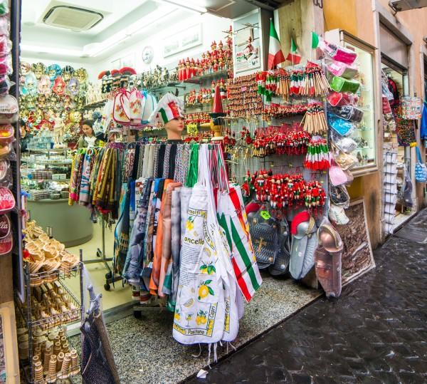 紀念品店氾濫成災,改變羅馬街道的面貌,逐漸失去原有的韻味。