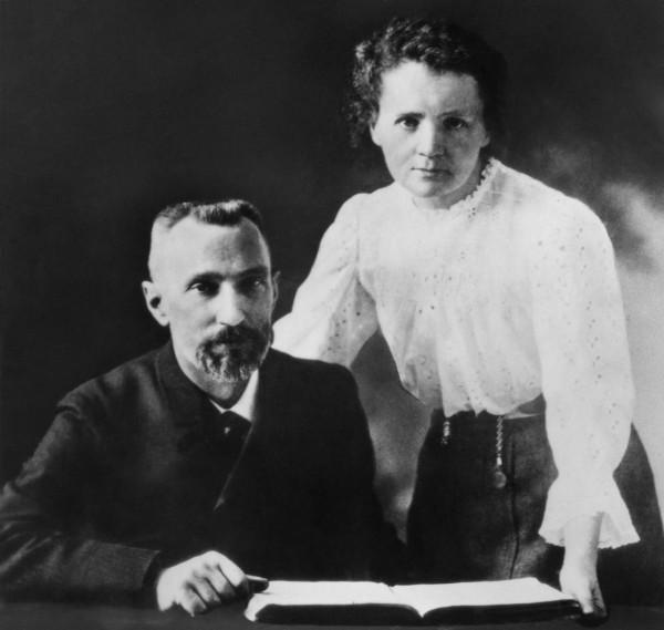 1898 年居禮夫婦發現「鐳」元素,是繼「釙」元素以後第二個他們發現的放射性元素,「Radioactivity」一詞亦是由他們所創造,開創了放射性理論。