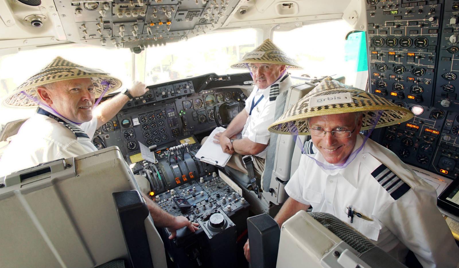 在 2015 年,David Blizzard(右)與另外兩位義務飛機師一起駕駛眼科飛機醫院前往越南河內。