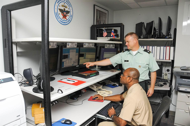 2013 年,美國海軍士官長 John E. Kelley(坐著)擔任總統通訊員,中校 Charles Cox 則為高級總統通訊員。美俄熱線最初使用的電傳打字機,已被電腦取代。 圖片來源:美國國防部