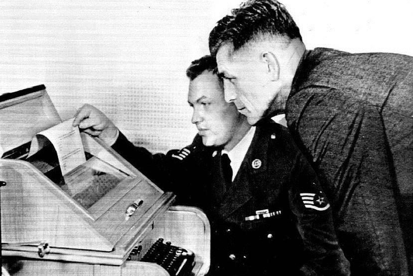 在 1960 年代,一名操作熱線的空軍與莫斯科進行電傳(teletype)。圖片來源:美國國防部