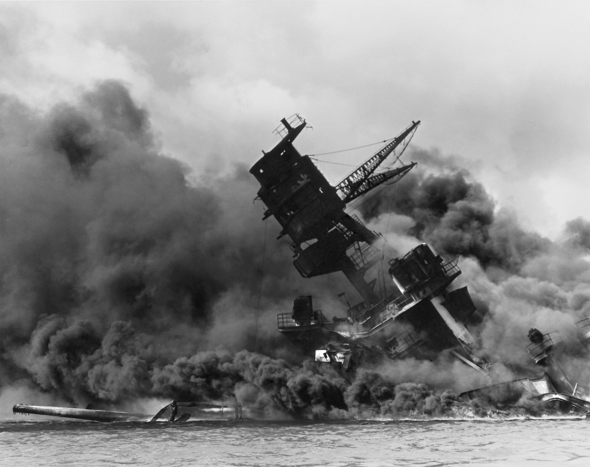 亞利桑那號沉沒一刻。該次爆炸造成珍珠港一役最慘重的傷亡。 圖片來源:路透社