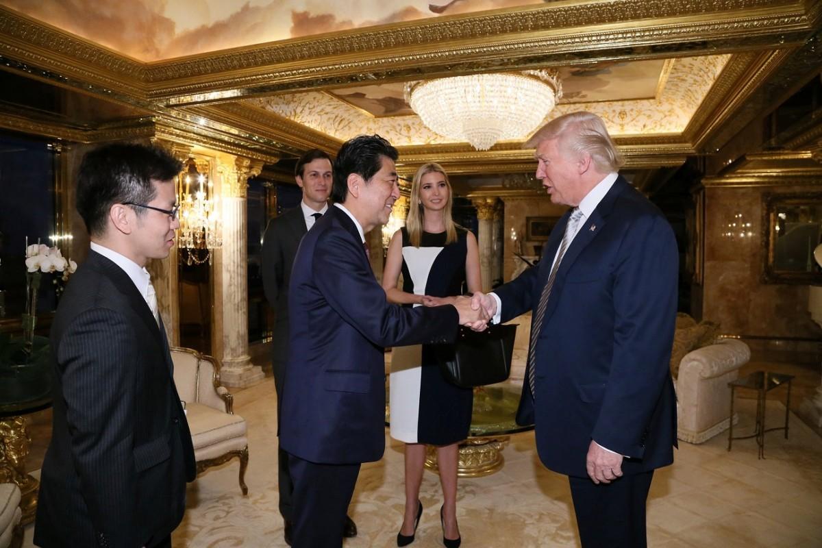 杜林普與日揆安倍晉三會面,同場有身兼公司董事一職的家人。 圖片來源:路透社