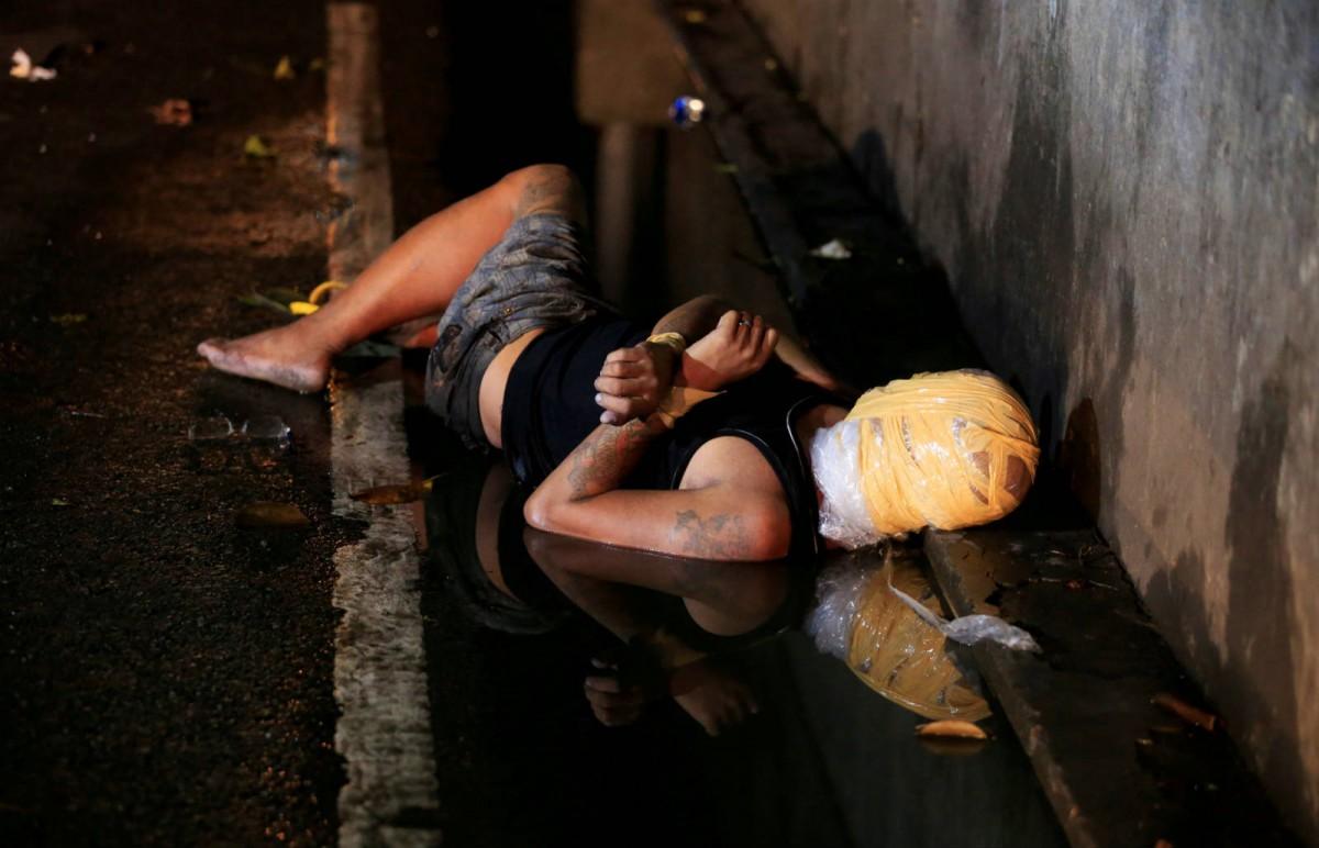 11 月 15 日 一個男人被膠紙包裹頭部,在馬尼拉曝屍街頭,據警方透露,是死於掃蕩毒品行動。