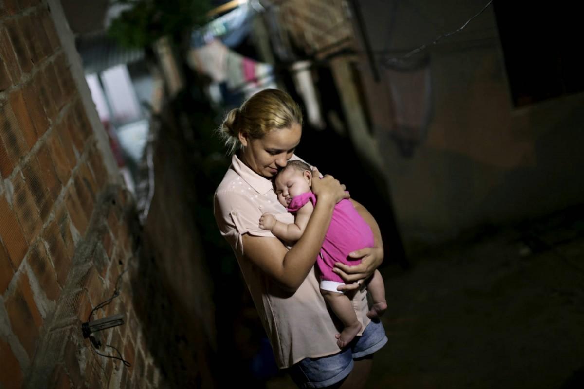 1 月 25 日,在巴西,Gleyse Kelly da Silva 抱著她患有小頭症的女兒 Maria Giovanna。