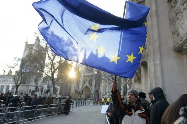 歐盟屢次無視選民否決新條約的公投結果,如 2001 年愛爾蘭否決歐盟的「尼斯條約」,翌年再次公投才通過條約 。 圖片來源:路透社