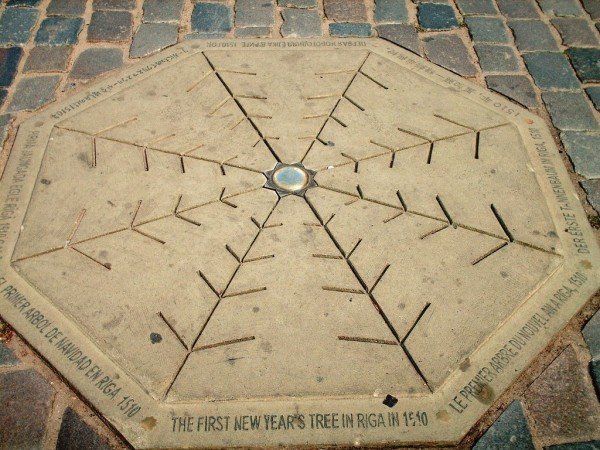 拉脫維亞首都里加市政廣場的遺址註明:「1510 年,里加第一棵新年樹」。
