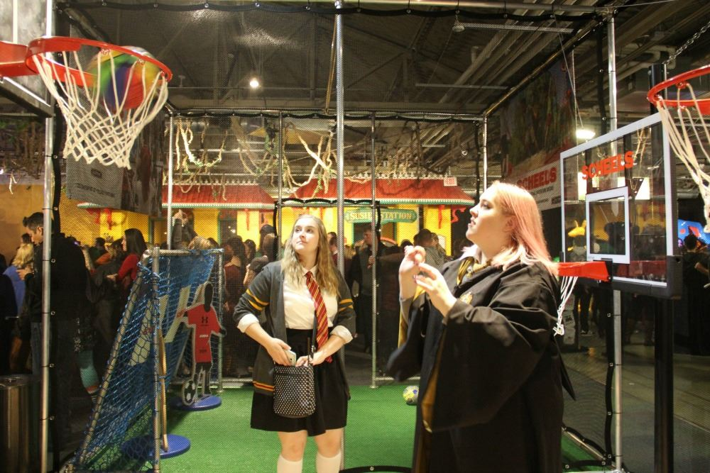 在成人限定的哈利波特派對,參加者以魔法學生的打扮,大玩館內設施。圖片來源:奧馬哈兒童博物館