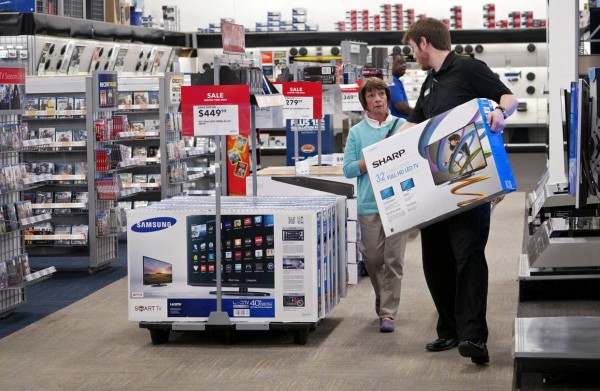 很多客人就是因為店員多勸幾句,便乖乖掏出腰包來。圖片來源:路透社
