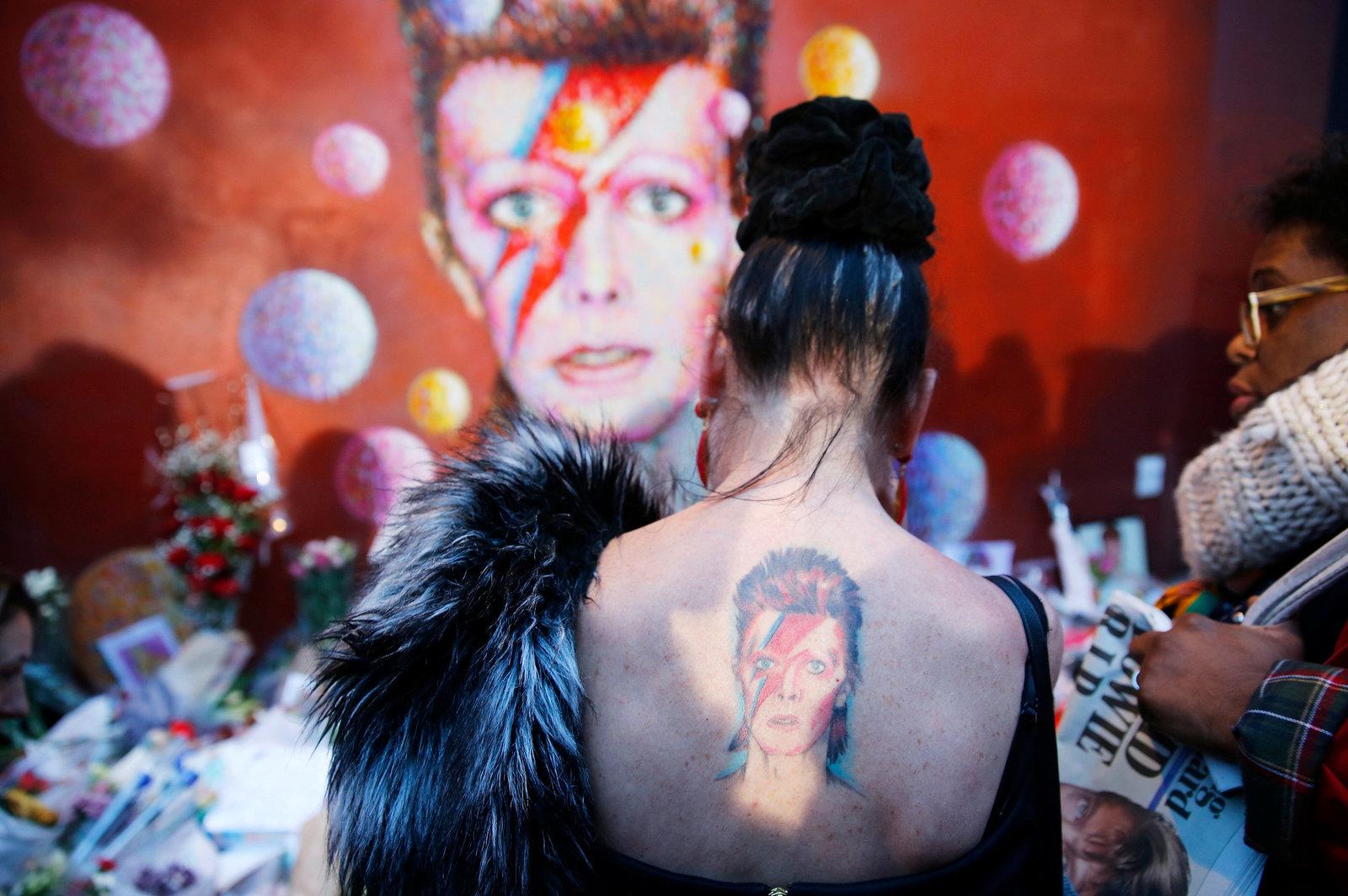 1 月 11 日,支持者站在 David Bowie 的壁畫前,哀悼這位驟然逝世的搖滾巨星。