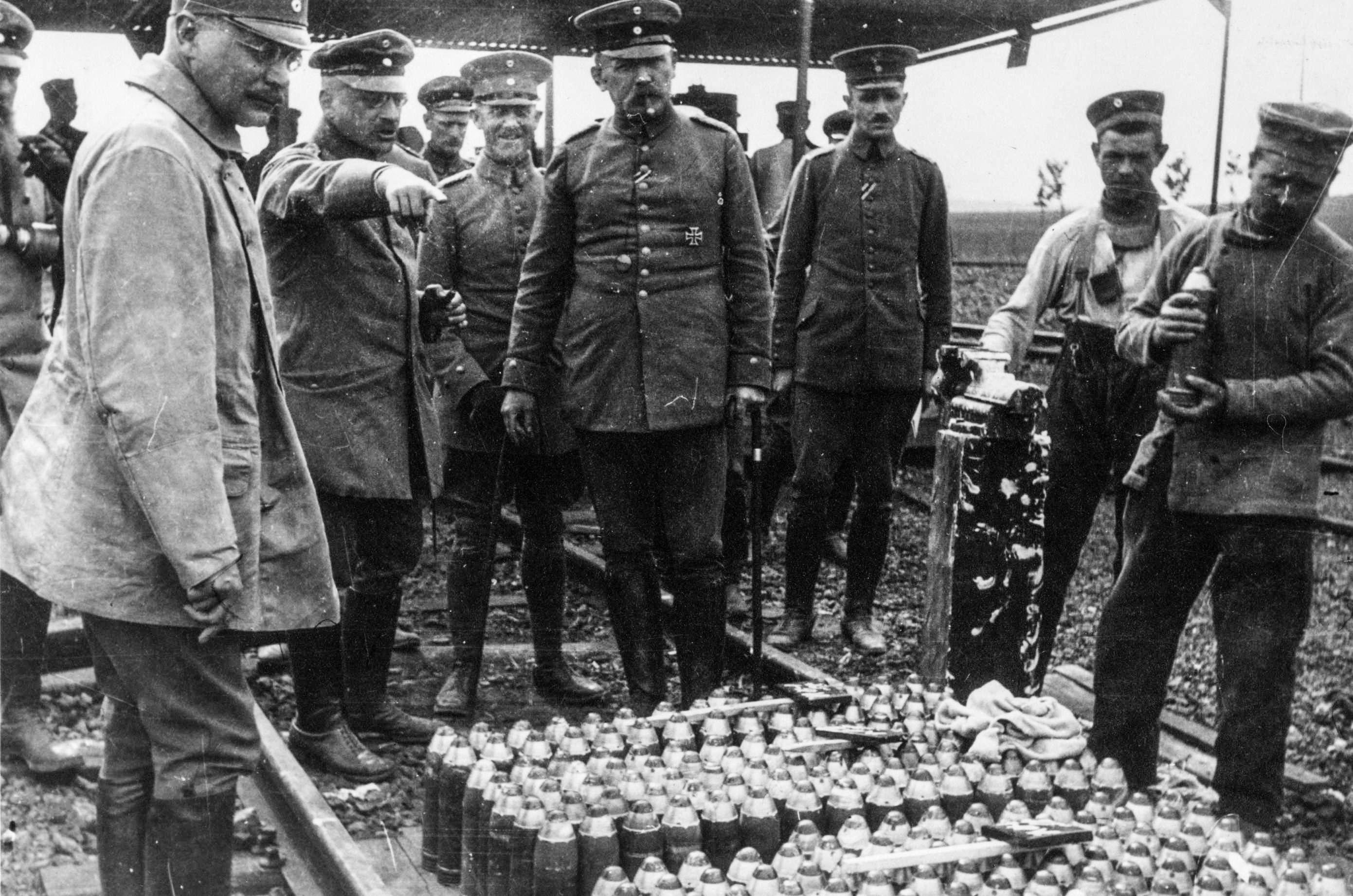 哈柏(舉手)指導士兵有關使用氯氣。 圖片來源: Archiv der Max-Planck-Gesellschaft, Berlin
