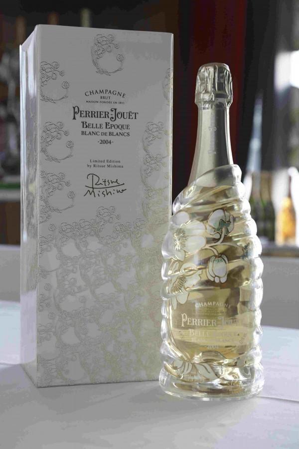 Belle Epoque Blanc de Blancs 2004 限量版請來日本玻璃藝術家Ritsue Mishima 創作,延續品牌與藝術家的合作傳統。