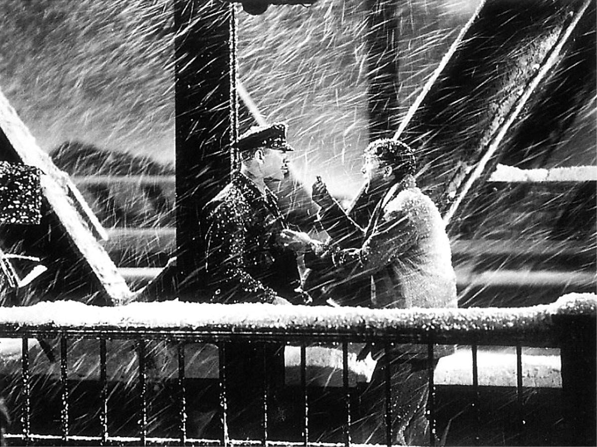 It's A Wonderful Life 名場面,當天氣溫攝氏 32 度,風雪中,兩名演員已熱得汗流浹背。