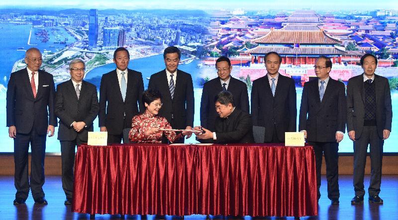 林鄭月娥在北京就興建香港故宮文化博物館合作備忘錄簽字儀式。(圖片來源:www.info.gov.hk )