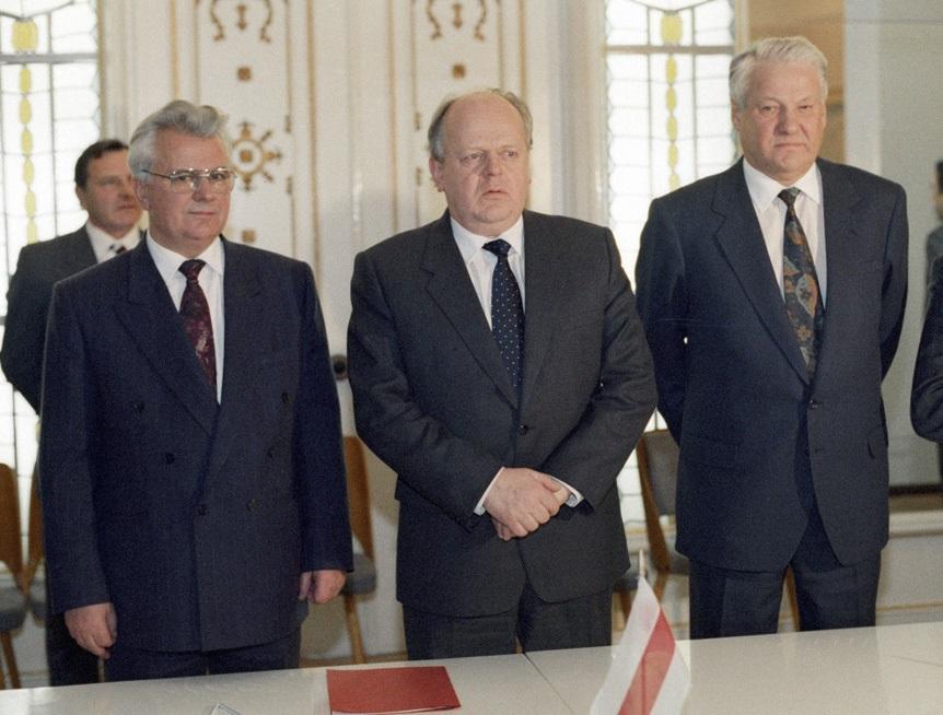 左起:烏克蘭總統克拉夫丘克、白俄羅斯總統舒什克維奇及俄羅斯總統葉利欽會首,簽署白拉維沙協定,奠定蘇聯解體。