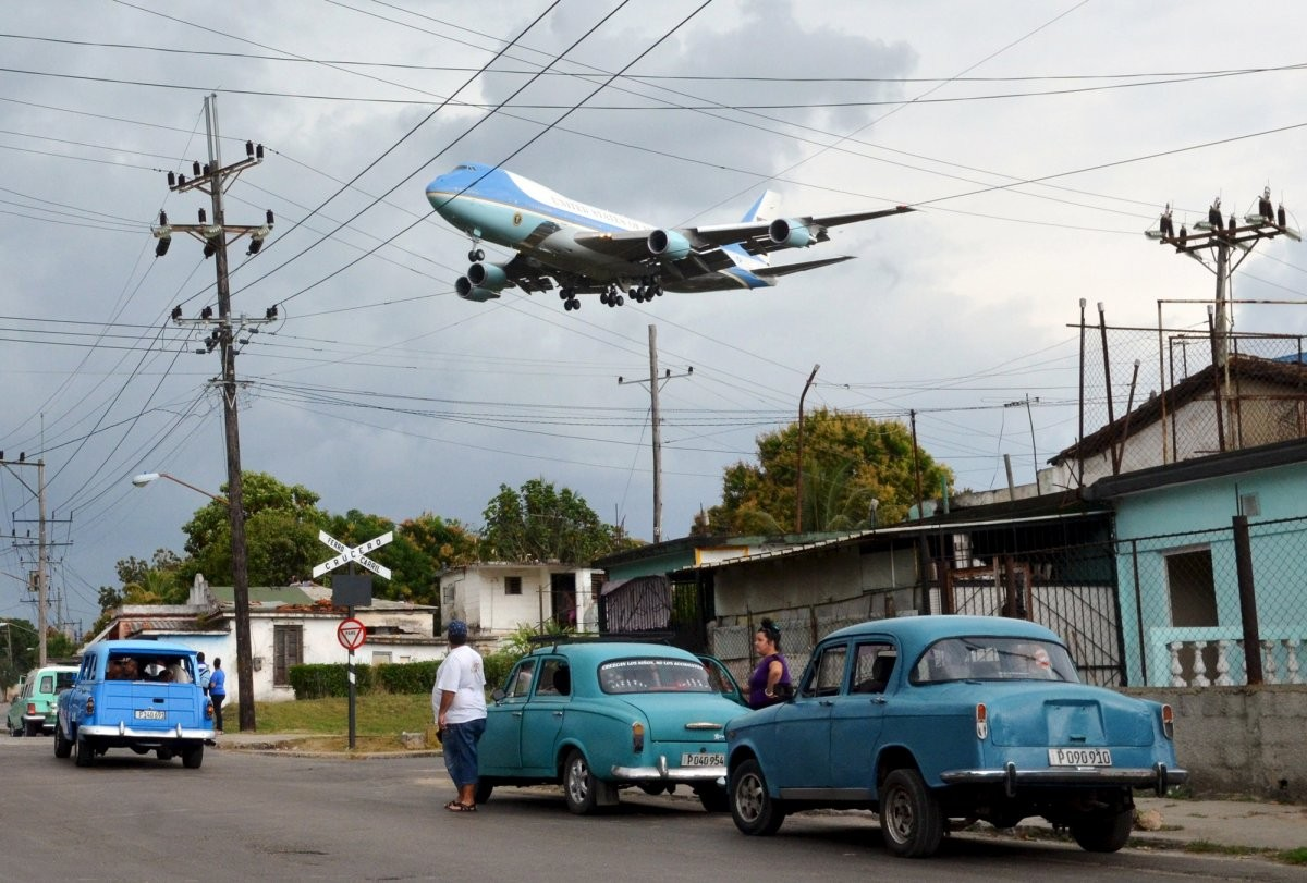 air-force-one-carrying-president-barack-obama-and-his-family-flies-over-a-neighborhood-in-havana