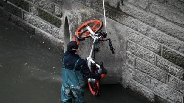打撈被丟入成都錦江的共享單車。