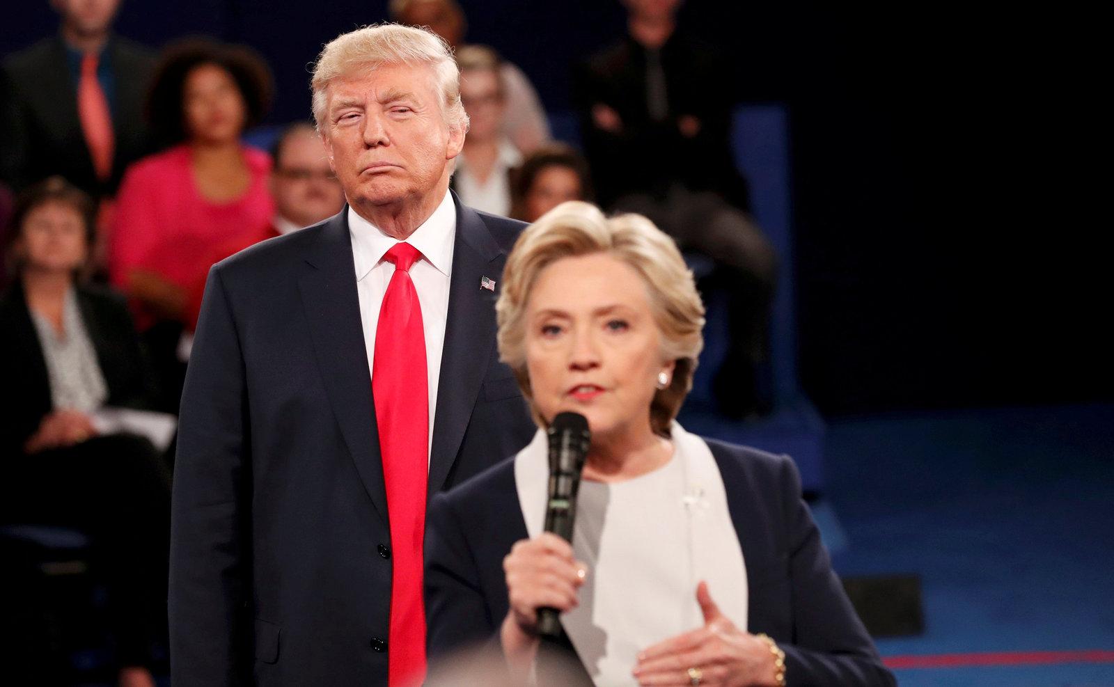 10 月 9 日,華盛頓大學舉行總統候選人第二場辯論,杜林普聆聽希拉莉回答台下發問。