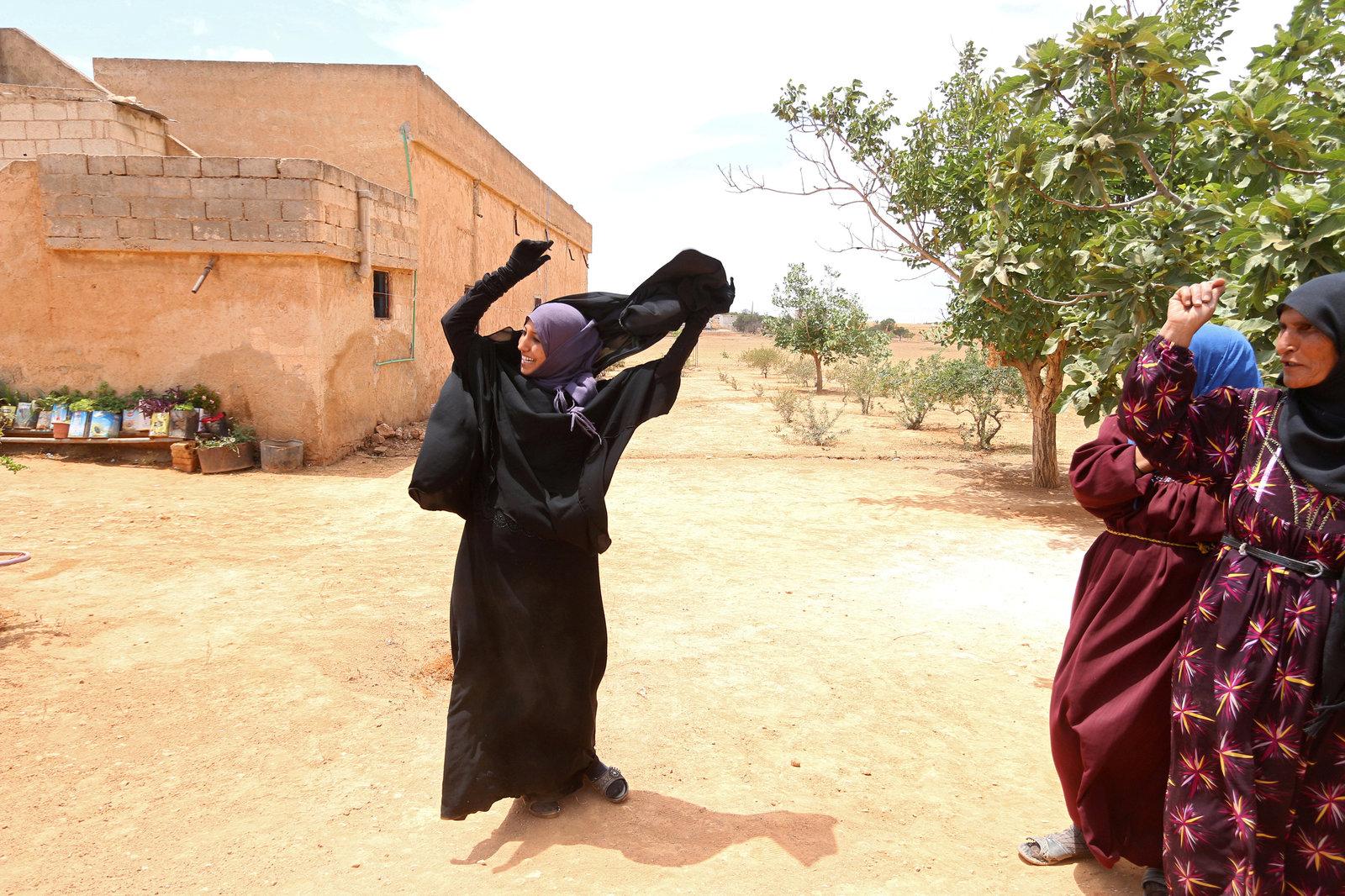 6 月 9 日,敘利亞民主力量收復阿勒頗附近的曼比季市後,當地婦女脫去伊斯蘭面紗 Niqab。