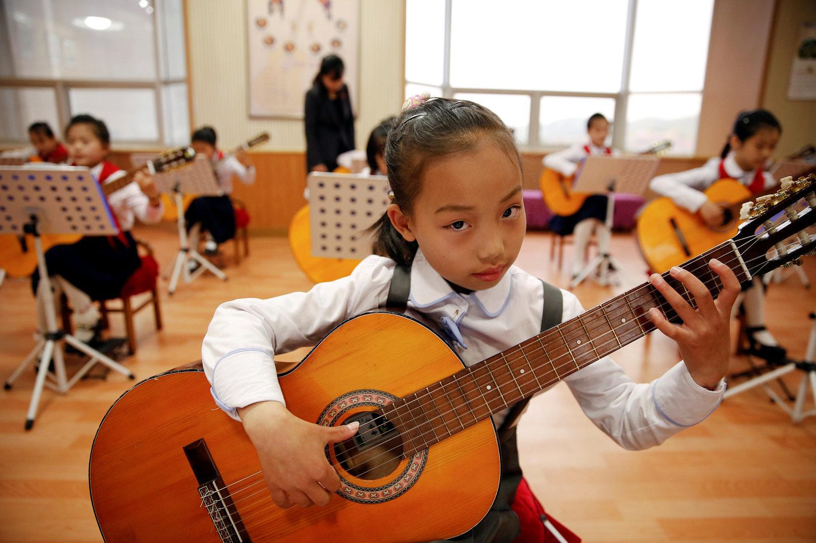 5 月 5 日,多名北韓女生在萬景台少年宮練習結他。
