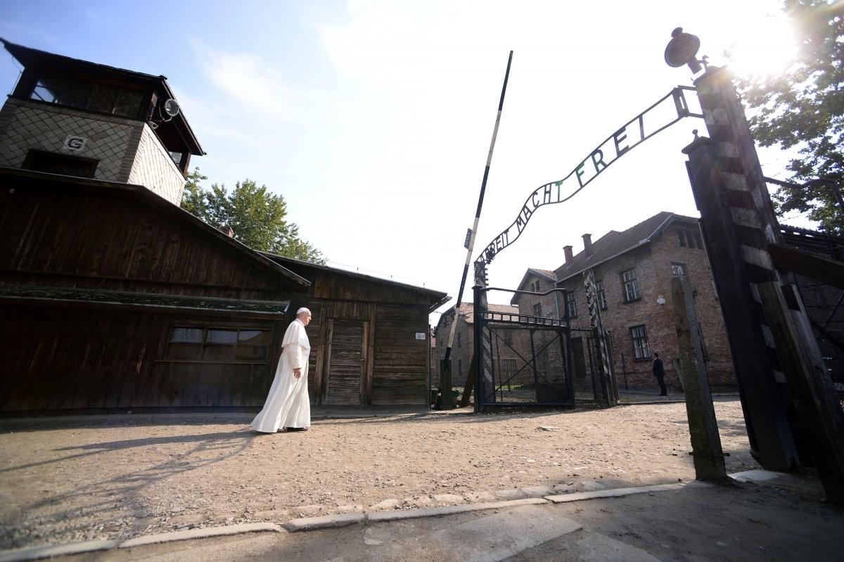 pope-francis-walks-through-auschwitzs-notorious-gate