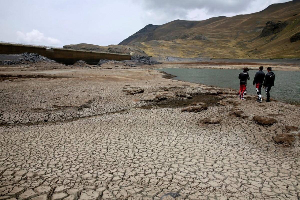 玻利維亞旱災,第二大潮完全乾涸,圖為乾涸至地面龜裂的水壩,元兇被指是全球暖化。 圖片來源:路透社