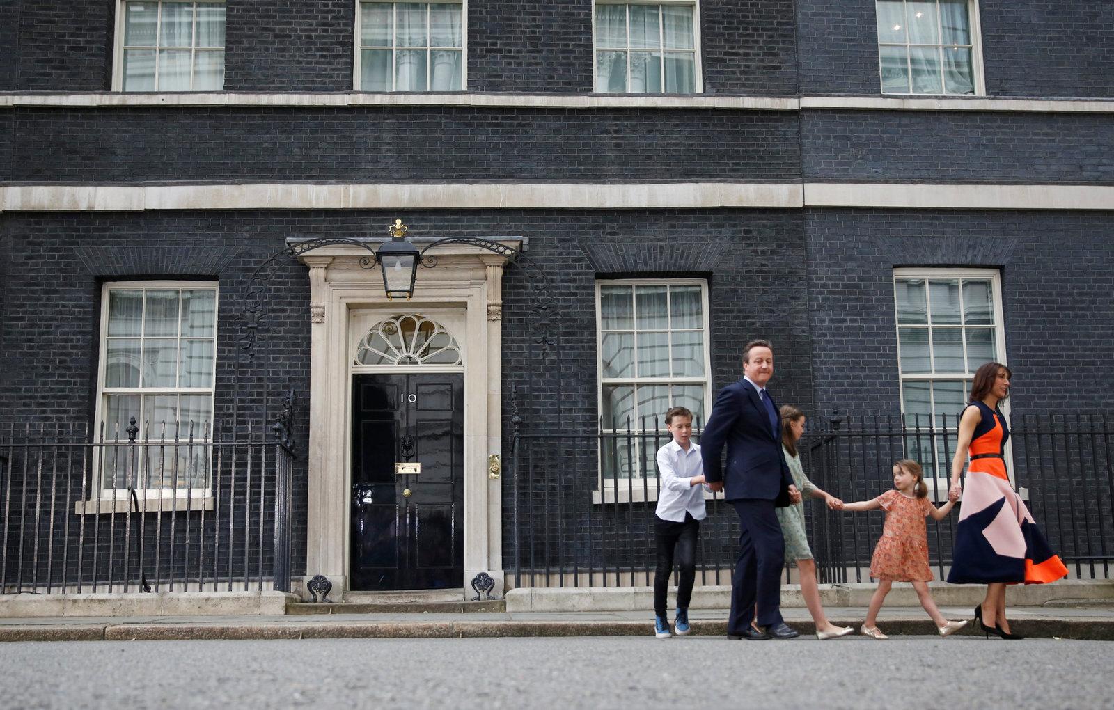 7 月 13 日,卡梅倫離任英國首相,與妻兒步出唐寧街 10 號。