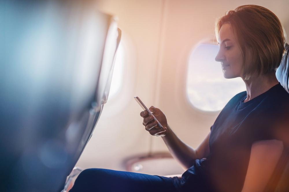 即使身處無法上網的機內,如今也有空中交友 app,讓你尋找聊天對象,開始一段空中奇緣。