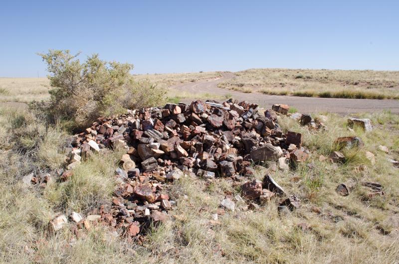 由偷石賊歸還的化石堆成的良心塚。 圖片來源:badluckhotrocks