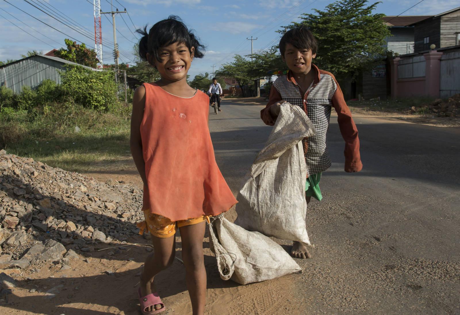 為了生存,小小的孩童也需要在街頭打滾。圖為小孩在撿破爛以換取金錢。