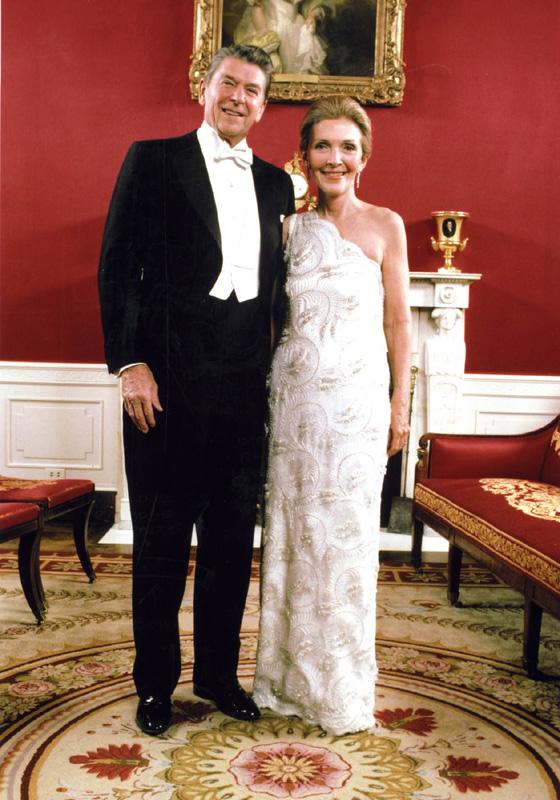 蘭茜穿上露肩白裙,時尚而不失大方。圖片來源:美國歷史國家博物館