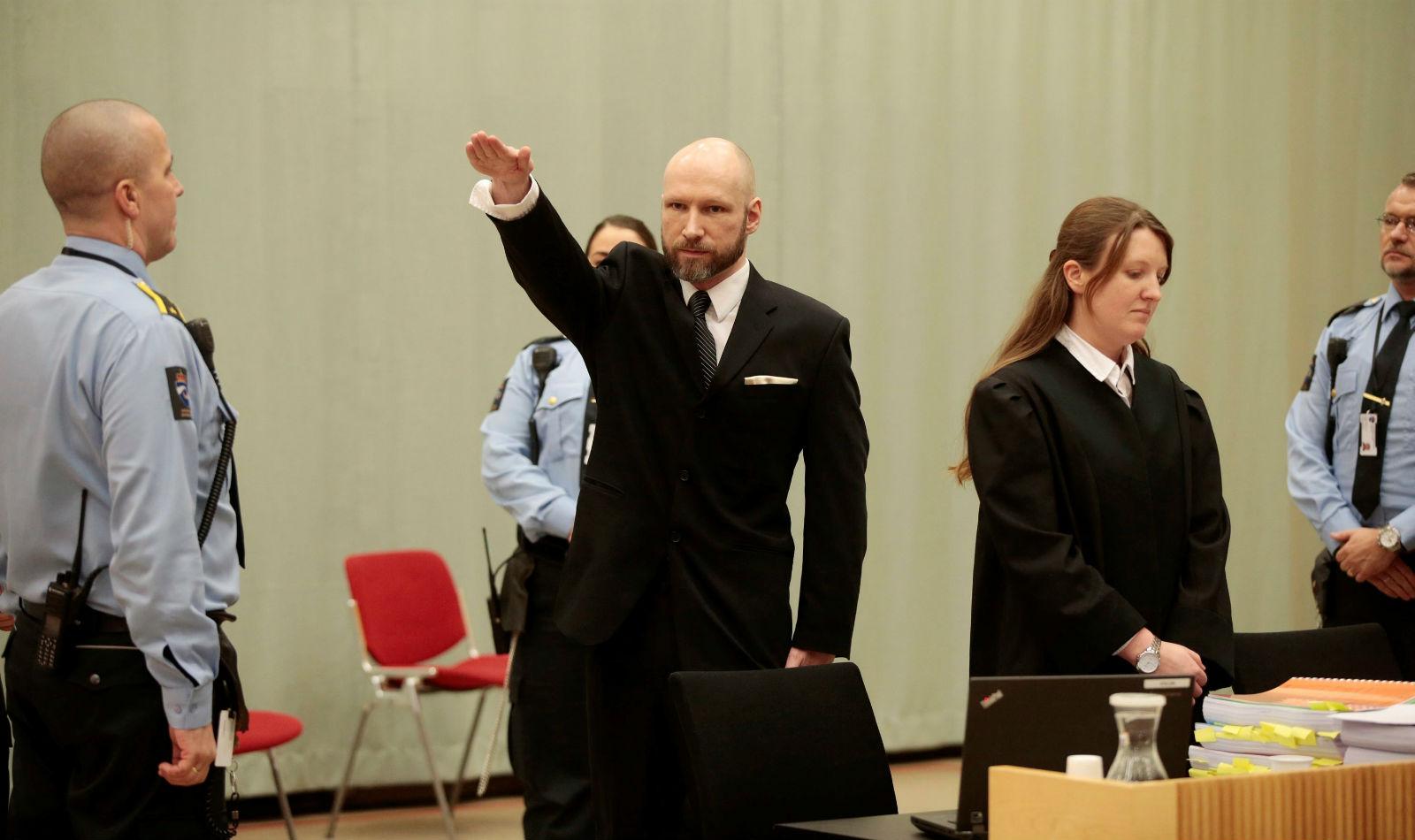 布雷維克於 2016 年控告挪威政府對他單獨囚禁及監獄條件惡劣,違反人權,地方法院判勝訴。2017 年 1 月審理挪威政府上訴案,布雷維克在庭上作出納粹敬禮手勢。 圖片來源:路透社