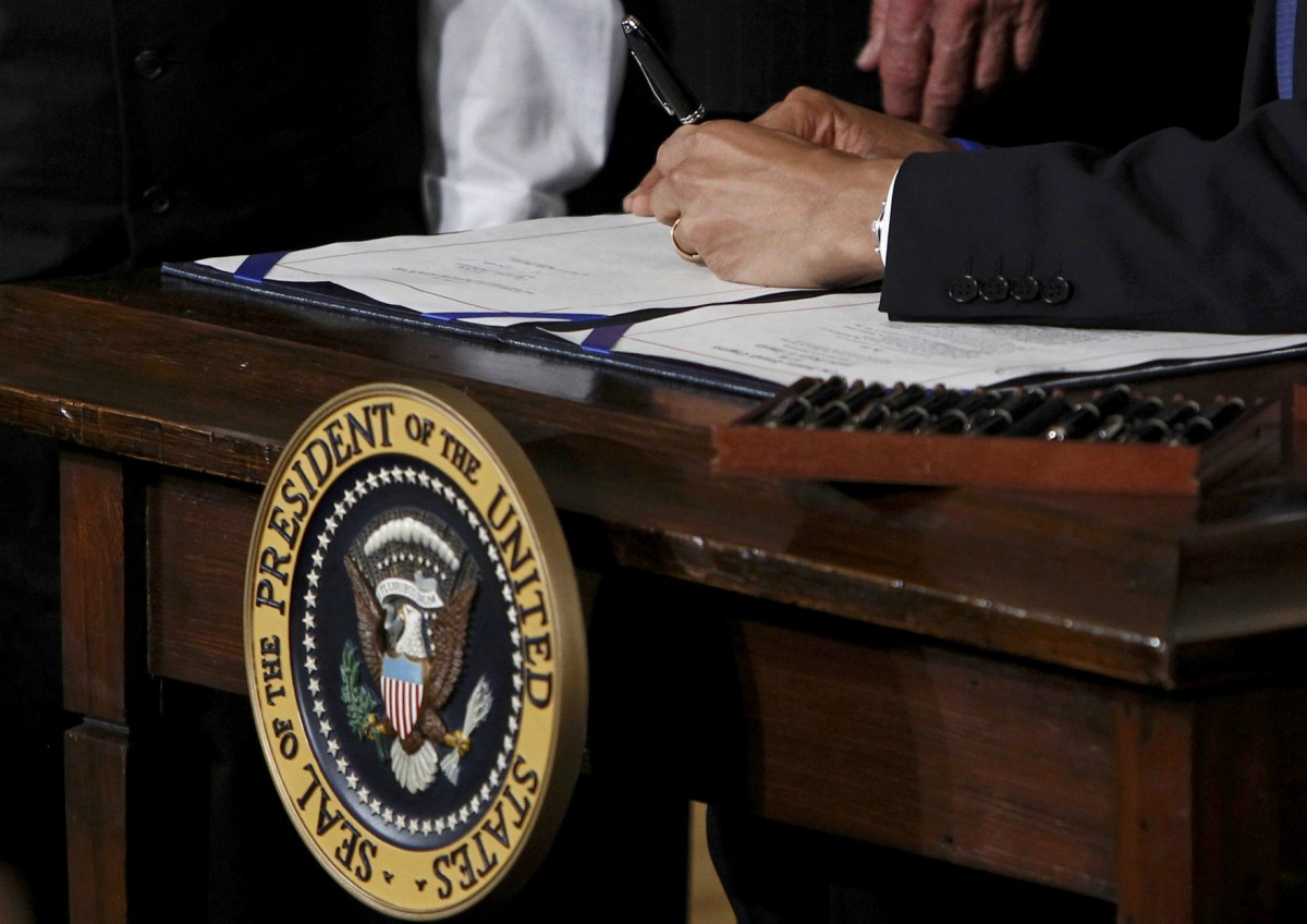 奧巴馬簽署平價醫保法案一刻。 圖片來源:路透社