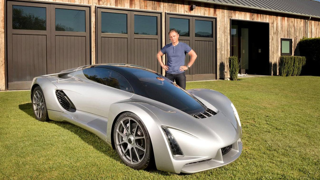 Divergent 3D 所推出的超級跑車 Blade,是第一款採用鋁合金、鈦合金及碳纖維材質為原料,透過 3D 打印技術製造出汽車底盤與車體,擁有七百匹馬力,由 0 到 100 公里加速只要 2.2 秒,比法拉利跑車還要快。