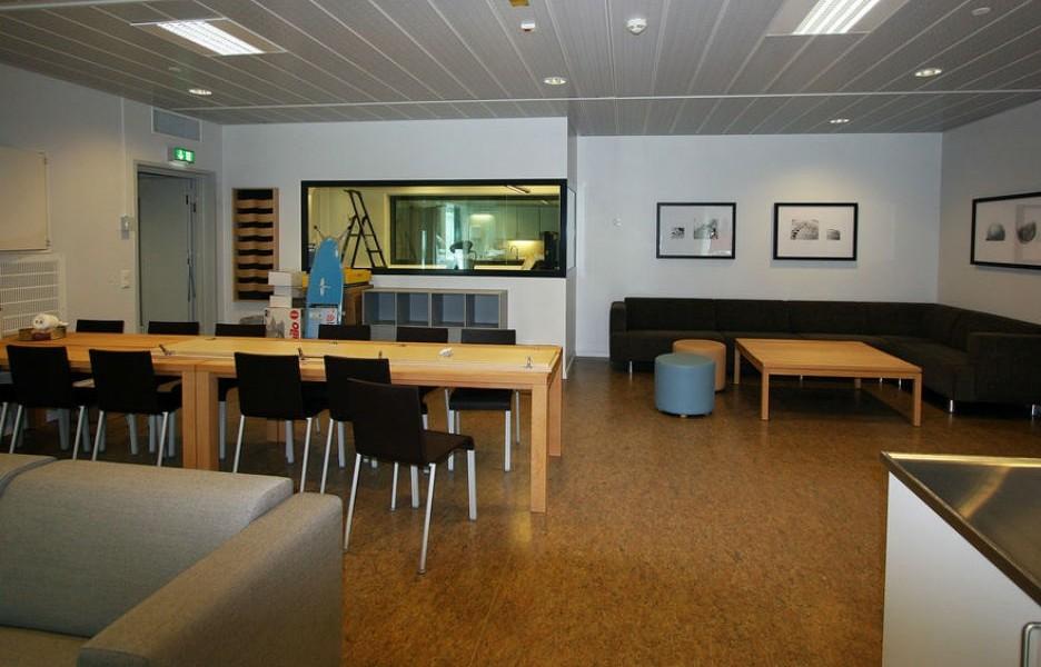 公共活動空間。玻璃窗後是控制室,觀察在活動室內的情況。 圖片來源:Teknisk Ukeblad