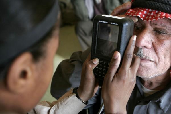 虹膜掃描器尚未普及,令推行 Aadhaar 難上加難。圖片來源:路透社