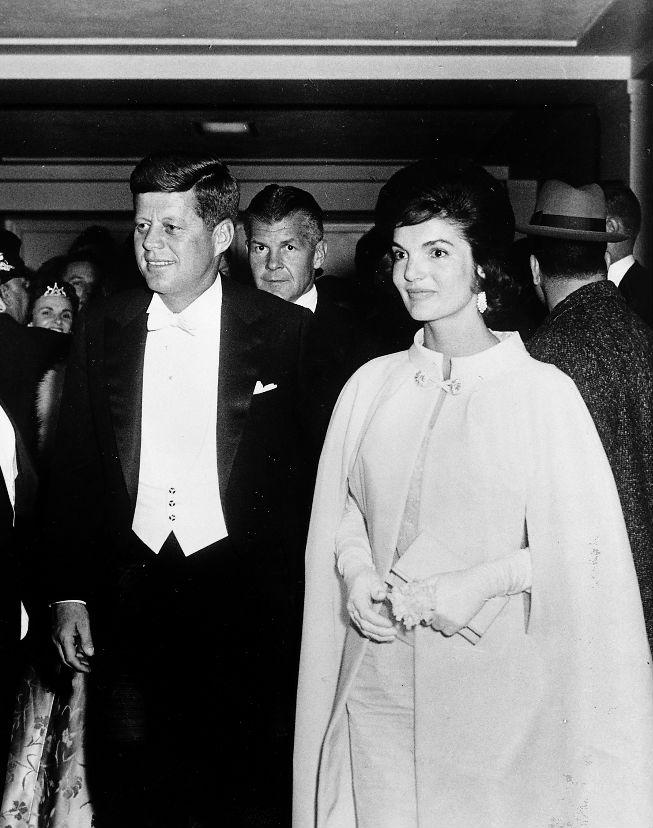 積奇蓮的白色禮裙,讓她在黑白照中,依然明艷照人。 圖片來源:約翰甘迺迪總統圖書館暨博物館