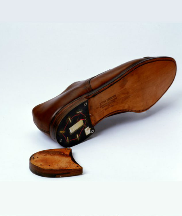 1960 年代羅馬尼亞特工曾在鞋跟安裝發報器,監聽美國外交人員。