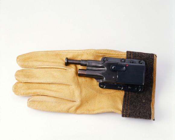 1942 年美國海軍使用的手套手槍。