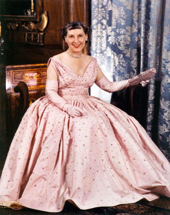 Mamie 為 50 年代的美國掀起一波粉色熱潮。 圖片來源:美國國家檔案和記錄管理局