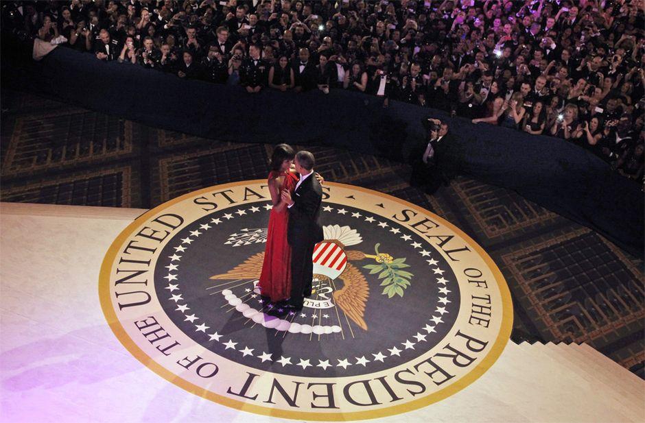 奧巴馬夫婦在就職舞會上深情共舞,留下經典一幕。圖片來源:路透社