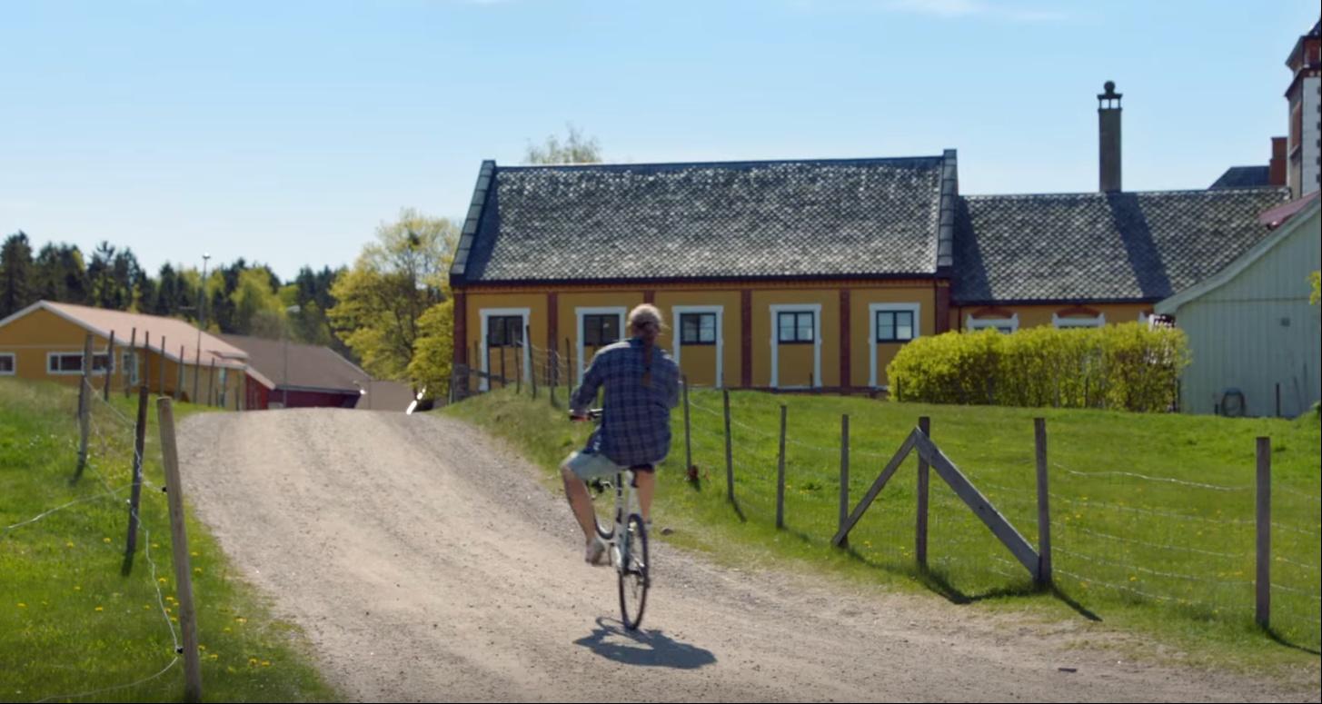 挪威囚犯在監獄中自由自在地踩單車。 圖片來源:紀錄片 Where to Invade Next 劇照